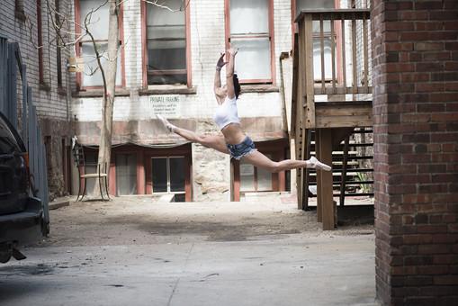 外国人 女性 おんな レディ 大人 ダンサー 黒髪 長髪 ロングヘア ストレートヘア ブレスレット アクセサリー 装飾品 白シャツ ショートパンツ デニム トウシューズ バレエ ダンス ジャンプ ポーズ モーション 跳ねる 飛ぶ 浮かぶ 開く 伸ばす 躍動 跳躍 開脚 均整 大胆 鍛練 筋肉 しなやか ボディ ライン 全身 横顔 側面 空中 瞬間 屋外 野外 中庭 パティオ 広場 路地 階段 椅子 レンガ 窓 日中 日光 mdff024