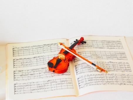 ヴァイオリン バイオリン フィドル クラシック ブリッジ 楽器 弦楽器 音楽 音楽的 ネック ペグ スクロール 弦 木 木工 ストリングス 楽譜 ミニチュア ミニ おもちゃ オーストリア製 ウィーン製 演奏会 プログラム チラシ 演奏する 弓 擦る 持つ 弾く 練習する