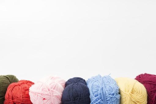白バック 白背景 編み物 編物 毛糸 毛糸玉 糸 けいと 手芸 編み物用品 手編み ニット 編む 手作り 手仕事 ハンドメイド 趣味 ホビー 素材 資材 シンプル 雑貨 静物 スティルライフ 紺色 紺 水色 青 青色 赤 赤色 朱色 紫 パープル バイオレット ピンク 桃色 藤色 緑 緑色 抹茶色 カーキ色 クリーム色 黄色 薄黄色 淡黄色 アイボリー 白 白色 8色 八色 8個 八個 8玉 八玉 玉 並ぶ カラフル 並ぶ 並べる 空白 余白