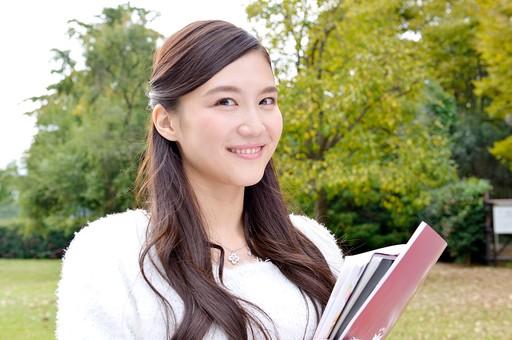 日本人 女性 女 女子 10代 20代 大学生 学生 清楚 上品 美少女 キレイ 綺麗 可愛い Cute ロングヘア 勉強 ノート 教科書 大学ノート 資料 ファイル 笑顔 微笑む スマイル 芝生 公園 庭 緑 グリーン 日本人女性 屋外 おすすめ mdjf007