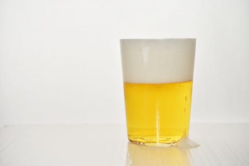 ビール びーる 麦酒 白背景 背景白 飲み物 ビア ビアホール ビアガーデン 黄色い飲み物 麦芽 泡 あわ 生ビール 酒 お酒