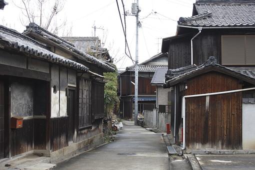 岡山 岡山県 中国地方 山陽地方 西日本 郊外 田舎 地方 建物 木造 歴史 古い 瓦 無人 景色 風景 自然 風情 町並み 街並 通り 道 路地 民家 木造建築