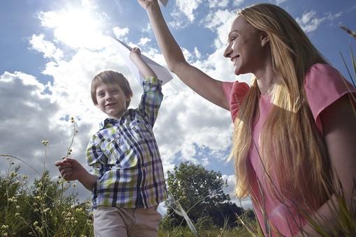 自然 青空 空 雲 青 グラデーション 晴天 天気 晴れ 紙 紙飛行機 飛行機 工作 作る 折る 作品 飛ぶ 飛ばす 投げる 白 人物 外国人 女性 女の人 子供 男の子 小人 親子 母子 二人 つまむ 植物 緑 草 野草 雑草 背景 室外 屋外 mdmk014 mdff036