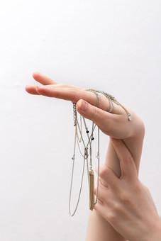 人 人間 人体 身体 人肌 肌 皮膚 手 指 手指 ゆび 関節 指の関節 デッサン 手のデッサン 手のモデル 手のポーズ 右手  白い 白背景 腕 手首  装具 アクセサリー 飾り  曲げる 指を曲げる たらす 垂らす 両手 見せる 支える なめらか 滑らか ハンドモデル