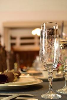 テーブルコーディネート テーブルウエア グラス 食器 シャンパングラス アルコール テーブル 食卓 ダイニング レストラン テーブルマナー もてなし おもてなし テーブルセッティング 皿 ナプキン 空間 インテリア 記念日 パーティー 卓上 ガラス カトラリー 装飾 豪華