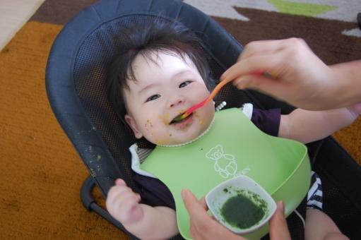 赤ちゃん あかちゃん 子供 子ども こども べビー ベイビー 子育て 育児 離乳食 お粥 粥 スプーン バウンサー スタイ よだれかけ 笑顔 笑う 楽しい 嬉しい 食事 食べる 飲み込む 飲む ごっくん ゴックン 美味しい 小松菜 ほうれん草