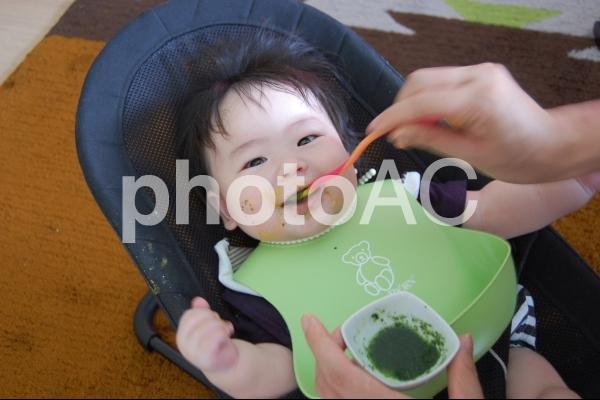 離乳食を食べる赤ちゃん 2の写真