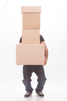 ダンボール 箱 段ボール 荷物 梱包 小包 段ボール箱 複数 積む 白背景 白バック 輸送 引っ越し 引越し 運送 収納 荷造り 宅急便 四角 長方形 屋内 紙 板紙 ペーパー 運ぶ 持ち上げる 男性 男 人 ジーンズ 黒色 Tシャツ 外国人