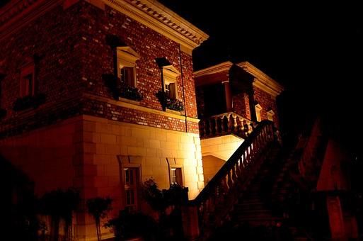 夜 夜景 洋館 屋外 外 景色 風景 建物 家 建物 建造物 煉瓦 れんが レンガ 自然 植物 欧米風 階段 花 プランター 外観 照明 暗い 電気 窓