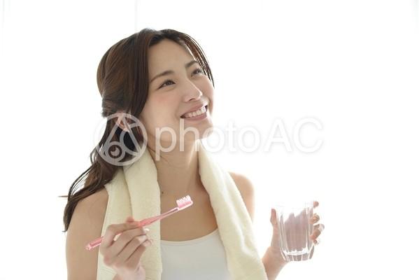 歯磨きをする女性12の写真