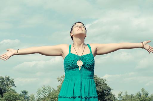外国 海外 屋外 野外 自然 人物 1人 外国人 白人 セルビア人 大人 若い 女性 女 女の子 上半身 ブルネット 黒髪 セミロング まとめ髪 ひっつめ髪 無造作ヘア 普段着 青緑の服 ノースリーブ キャミソール ネックレス ペンダント レザーコード ブレスレット アクセサリー 眼鏡 メガネ めがね 植え込み 低木 木 木立 深呼吸 開放 爽快 享受 満たす 健康的 空 雲 mdff021