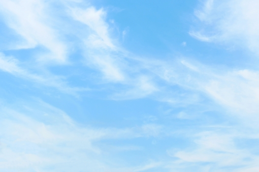 薄雲と澄んだ空の写真