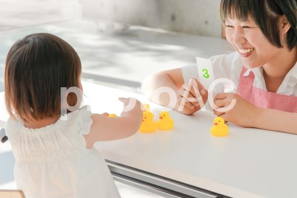 知育で数字を勉強する教室イメージの写真