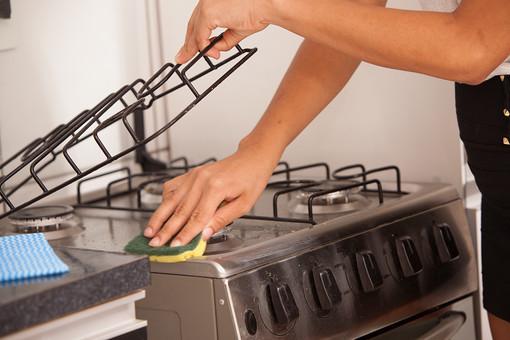 屋内 室内 部屋 家事 生活  暮らし 家庭 家 住宅 掃除  清掃 台所 キッチン ガスレンジ コンロ 人物 女性 手元 アップ スポンジ 磨く こする ガンコな 汚れ 拭く ふく ガスコンロ ハウスクリーニング ハウスキーピング