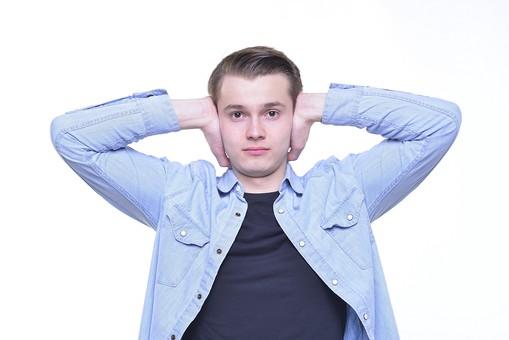 人 外人 シャツ 外国人 ポーズ 白人 男 男の人 男性 外国人男性 外人男性 男前 襟 若者 白人男性 青 黒 サイン ポケット 合図 ふさぐ 白背景 上半身 モデル 両手 mdfm015