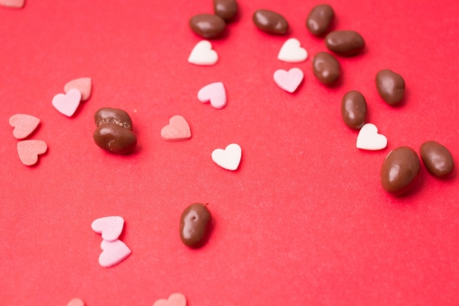 2月 2月14日 行事 イベント バレンタイン Valentine's Day バレンタインデイ バレンタインデー  チョコレート チョコ 麦チョコ 粒 手作り お菓子 本命 義理 友達 友チョコ 可愛い カワイイ かわいい 女子 女の子 女子力 ハート ハート型 贈り物 プレゼント 赤バック 赤背景 ピンク フレーク 紙吹雪