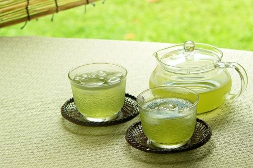 緑茶 茶 お茶 冷茶 冷える 冷やす コールド ドリンク コールドドリンク グラス コップ 急須 ガラス 喉が渇く 潤す 水分補給 夏 夏のイメージ 夏イメージ リラックス 休憩 休息 クール グリーンティー 緑 グリーン さわやか 涼 涼しげ 涼しい 氷 ガラスの器 コピースペース テキストスペース 飲み物 冷たい飲み物 熱中症対策 清涼感 アイス すだれ 簾 日よけ