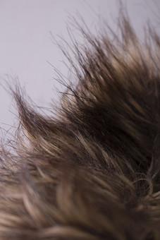 毛皮 けがわ ファー  レザー ファッション 服 コート 動物 人工 ふわふわ 温かい あたたかい 保温 ほおん 布 ぬの 生地 きじ 材料 ざいりょう 原料 げんりょう クラフト くらふと おしゃれ オシャレ 冬 ふゆ フェイク  襟 えり パーカー ぱーかー 毛足 けあし  ダークブラウン こげ茶 黒褐色 うす茶 グラデーション 2色 二色 毛先