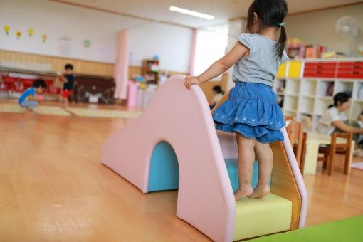 保育園のすべり台で遊ぶ女の子3の写真