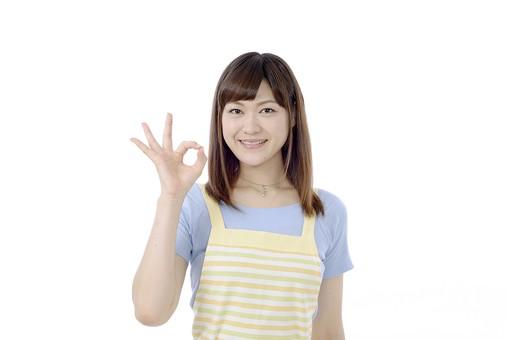 人物 屋内 白バック 白背景 日本人 1人 女性 20代 30代 エプロン  奥さん 奥様 婦人 家庭人 夫人 主婦 若い OK 手 指 くっつける サイン オッケーサイン オッケー ポーズ 分かった 了解 任せて イエス YES ジェスチャー 輪 輪を作る mdjf018