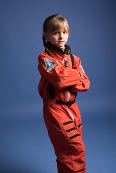 背景 ダーク ネイビー 紺 女の子 女子 女 女児 子ども こども 子供 1人 ひとり 一人  児童 宇宙服 宇宙 服 スペース スペースシャトル 宇宙飛行士 飛行士 オレンジ 希望 夢 将来 未来 体験 職業体験 職業  腕組み ポーズ クール かっこいい カッコいい  外国人 mdfk045