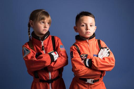 背景 ダーク ネイビー 紺 子ども こども 子供 2人 ふたり 二人 男 男児 男の子 女 女児 女の子 児童 宇宙服 宇宙 服 スペース スペースシャトル 宇宙飛行士 飛行士 オレンジ  目指す 希望 夢 将来 未来 体験 職業体験 職業 腕組み クール カッコいい かっこいい ポーズ  外国人  mdmk009 mdfk045