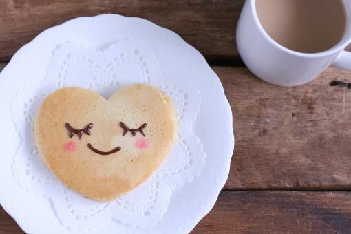ホットケーキ おやつ 笑顔 ほっこり うっとり ハート ハート型 カフェオーレ カフェラテ 表情 幸せ バレンタイン パンケーキ