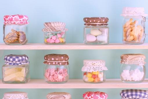 おやつ スイーツ キャンディー 飴 チョコレート クッキー ラムネ グミ ビン 瓶 びん 整列 配置 カラフル ノスタルジック ノスタルジー 女の子 女子 夢 夢の中 夢心地