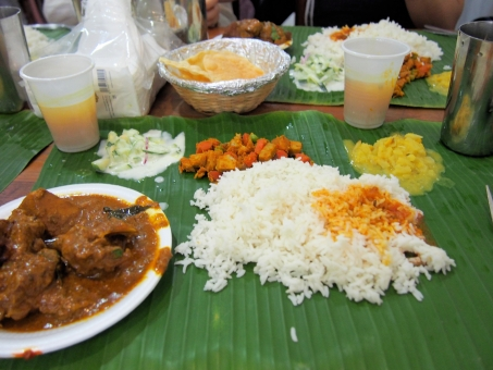 シンガポール リトルインディア カレー インド ビーフカレー サラダ 激辛 ライス 葉っぱの皿 本格的 海外 外国 異国