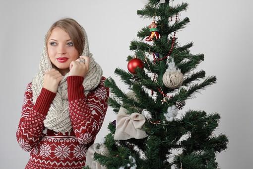 白バック 白背景 グレーバック 外国人 白人 金髪 ブロンド 20代 30代 女性 セーター ニット ノルディック柄 スカート クリスマス Christmas X'mas クリスマスツリー ツリー モミ もみの木 樅の木 モミの木 飾り オーナメント ボール リボン ブーツ 松ぼっくり 立つ スヌード マフラー 寒い 上半身 mdff129