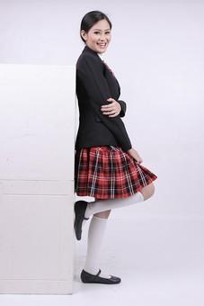 女性 外国人 モデル 美人 若い 制服 ブレザー スクール 学校 教育 面接 スーツ ビジネススーツ ネクタイ きっちり まとめ髪 上品 笑顔 ポーズ ハイソックス タータンチェック 赤いスカート スカート チェック柄 パンプス 白い靴下 冷蔵庫 家電 mdff037