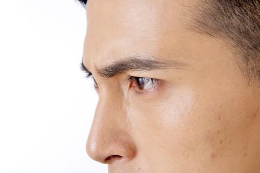 日本人 男性 男 男子 Men 顔面 アップ 拡大 目元 目 眼 鼻 はな おでこ 頬 横顔 鋭い 眼光 険しい 強い 見る 睨む 見つめる 眉毛 眉間 屋内 室内 白背景 20代 30代 ビジネスマン mdjm001