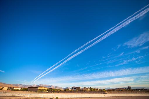 自然 空 青空 晴天 天気 晴れ グラデーション 青 白 飛行機雲 雲 コントラスト 鮮やか 建築 建築物 建物 木 樹木 植物 山 山脈 山並み 無人 広い 高い 広大 壮大 雄大 室外 屋外 アメリカ 外国