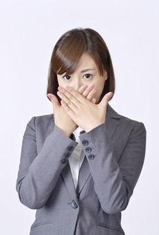 女性 女 社員 会社員 仕事 会社 ビジネス スーツ 女性社員 女の人 ポーズ  両手 手 おさえる 塞ぐ 口 口をおさえる 日本人 人物 白背景 白バック 一人  ビジネスウーマン シャツ OL グレー ハンドサイン mdjf003