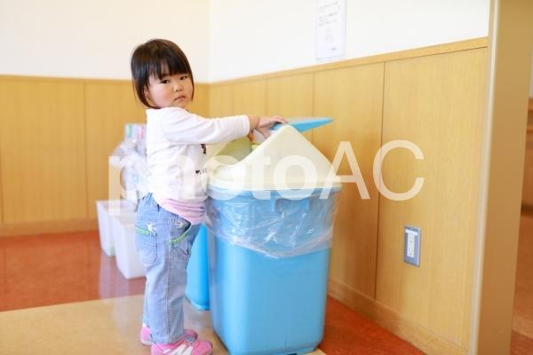 ゴミを捨てる女の子の写真