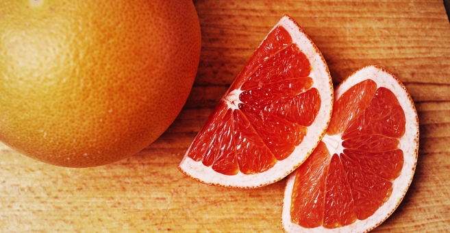 フルーツ 果物 柑橘 柑橘系 柑橘類 まな板 切る オレンジ グレープフルーツ フレッシュ 新鮮 スライス カット 丸ごと 半分 赤 鮮やか ブラッド 切り口 断面 切る 食べ物 丸い 木 机 木目