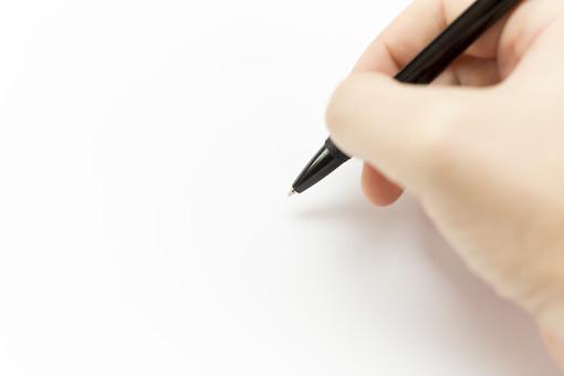 文具 シャープペンシル シャーペン 芯 グリップ 黒 ブラック ステーショナリー 文房具 小物 筆記 書く 描く 持つ 握る 右手 右利き 手書き 記入 執筆 書斎 学校 教室 事務 オフィス 白紙 机 テーブル デスク 卓上 手元 接写 ぼかし 室内 屋内 白バック 白背景