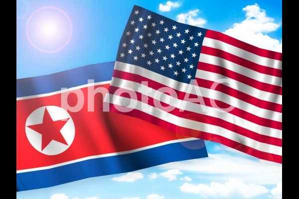 和やかなアメリカ国旗と北朝鮮国旗の写真