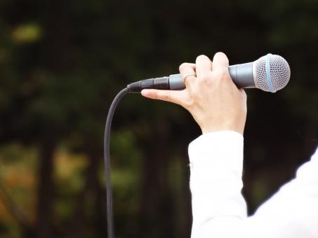 野外コンサート 音楽会 イベント 司会 指輪 女性 女 公園 MC 話す 声 アンコール 歌う 唄う 野外ライブ 野外フェス バンド グリーン 緑 開放感 手 指 白いシャツ 音響 楽しい 森林 自然 カラオケ ミュージシャン 熱唱する 訴える お願い 解説 マイクを持つ