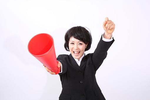 サラリーマン 女 女性 会社員 若者 女子  スーツ 部下 営業 OL 社会人 ビジネス 人物 社員 日本人 20代 仕事 カツラ かつら ウィッグ 笑顔 スマイル  応援 声援 メガホン ガッツポーズ 握り拳 スタジオ 白バック 白背景 mdjf028