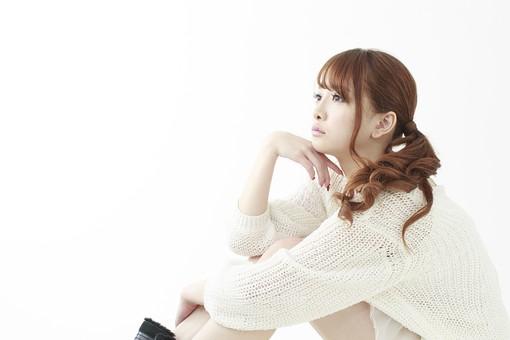 人物 女性 日本人 若い 20代   セーター ニット カジュアル モデル かわいい   キュート ポーズ おすすめ 屋内 白バック   白背景 座る しゃがみ込む しゃがむ 考える ぼんやり 悩み 思う 見つめる 横向き 横顔 頬杖 体育座り mdjf005