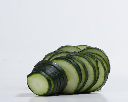 キュウリ きゅうり 胡瓜 夏野菜 野菜 食料品 食品 食べ物 食べる 健康 フレッシュ 新鮮 自然 ダイエット 食材 栄養 調理 料理 支度 仕込み 食事 カット 切る 下ごしらえ 輪切り 白バック 白背景