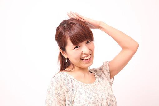 人 人間 人物 人物写真 ポートレート ポートレイト 女性 女 女の人 若い女性 女子 レディー 日本人 茶髪 ブラウンヘア セミロングヘア  白色 白背景 白バック ホワイトバック  手 指 ポーズ  笑顔 笑う 頭に手 ごまかす 誤魔化す 照れる 照れ隠し 歯 mdfj012