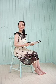 女性 若い女性 女 人物 部屋 一人暮らし リラックス 日本人 ライフスタイル 20代 休日 笑顔 スマイル イス 椅子 雑誌 ワンピース 全身 座る 屋内 室内 のんびり 生活 寛ぐ くつろぐ 休み オフ mdjf001