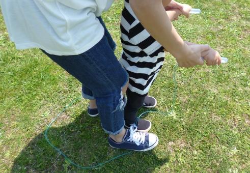 公園 散歩 ピクニック 手 女性 なわとび 遊び 親子 靴 スニーカー