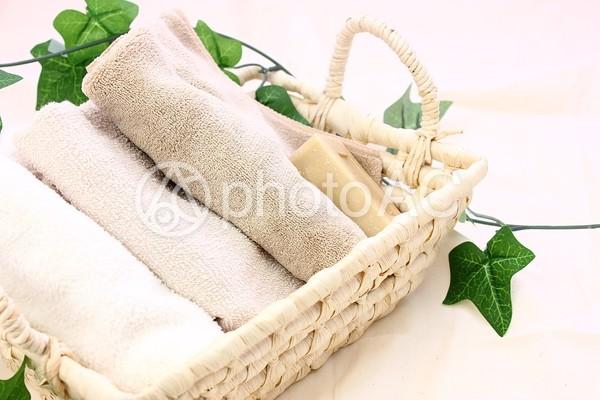 バスケットのタオルと石鹸3の写真