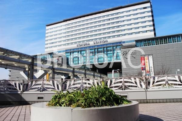 モノレールが乗り入れるJR小倉駅の写真
