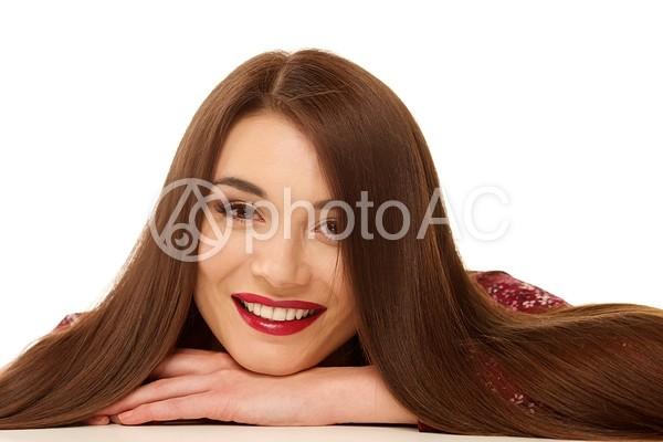 手にあごを載せる女性7の写真