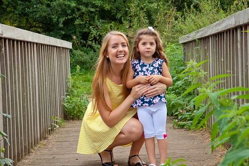 人物 外国人 外人 家族 ファミリー 親子 お母さん 母親 子供 こども 娘 女の子 少女 幼児 抱きしめる 抱く 屋外 野外 外 自然 緑 グリーン 休日 ふれあい スキンシップ コミュニケーション 愛情 笑顔 かわいい 公園 ママ mdfk018 mdff084