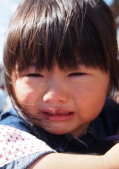 子供 子ども 女児 3才 girl child 日本人 japanese kids crying 泣き顔 泣顔 恐い 涙 うるうる ウルウル目 かわいい 抱っこ 泣く 女の子